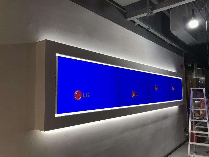 深圳龍崗區創投大廈大廳(ting)展示LG49寸1X4拼接屏(ping)案例展示